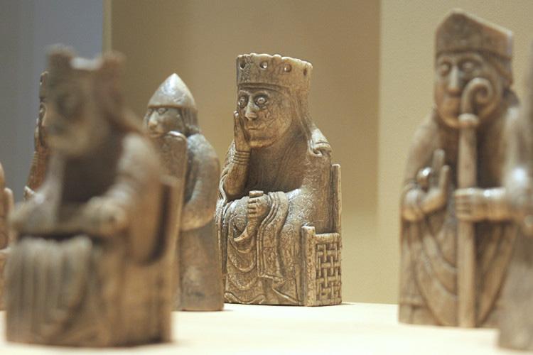 Средневековые костяные фигуры